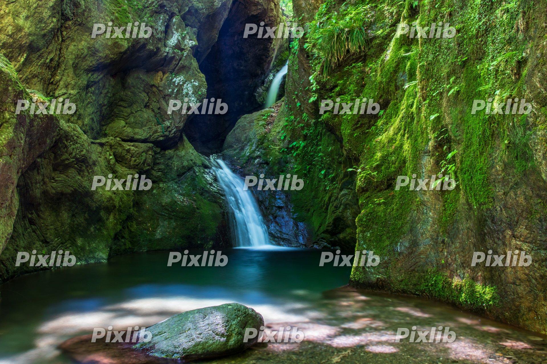 木漏れ日がさすネジレの滝