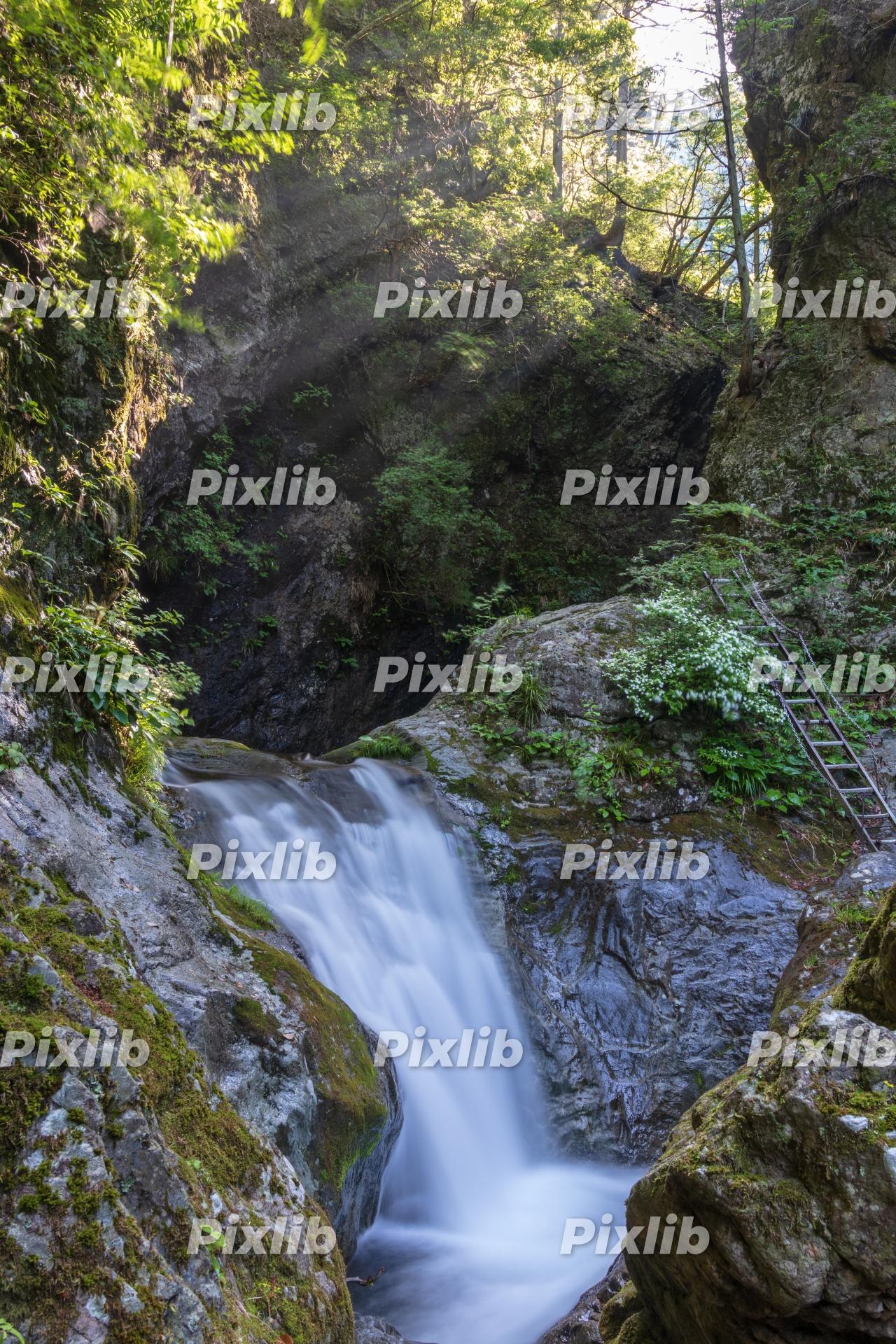 神戸岩から流れ落ちる滝