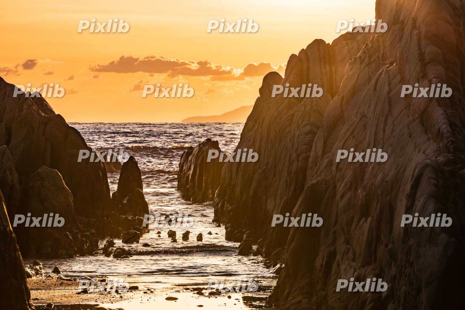 夕日に染まる屏風岩