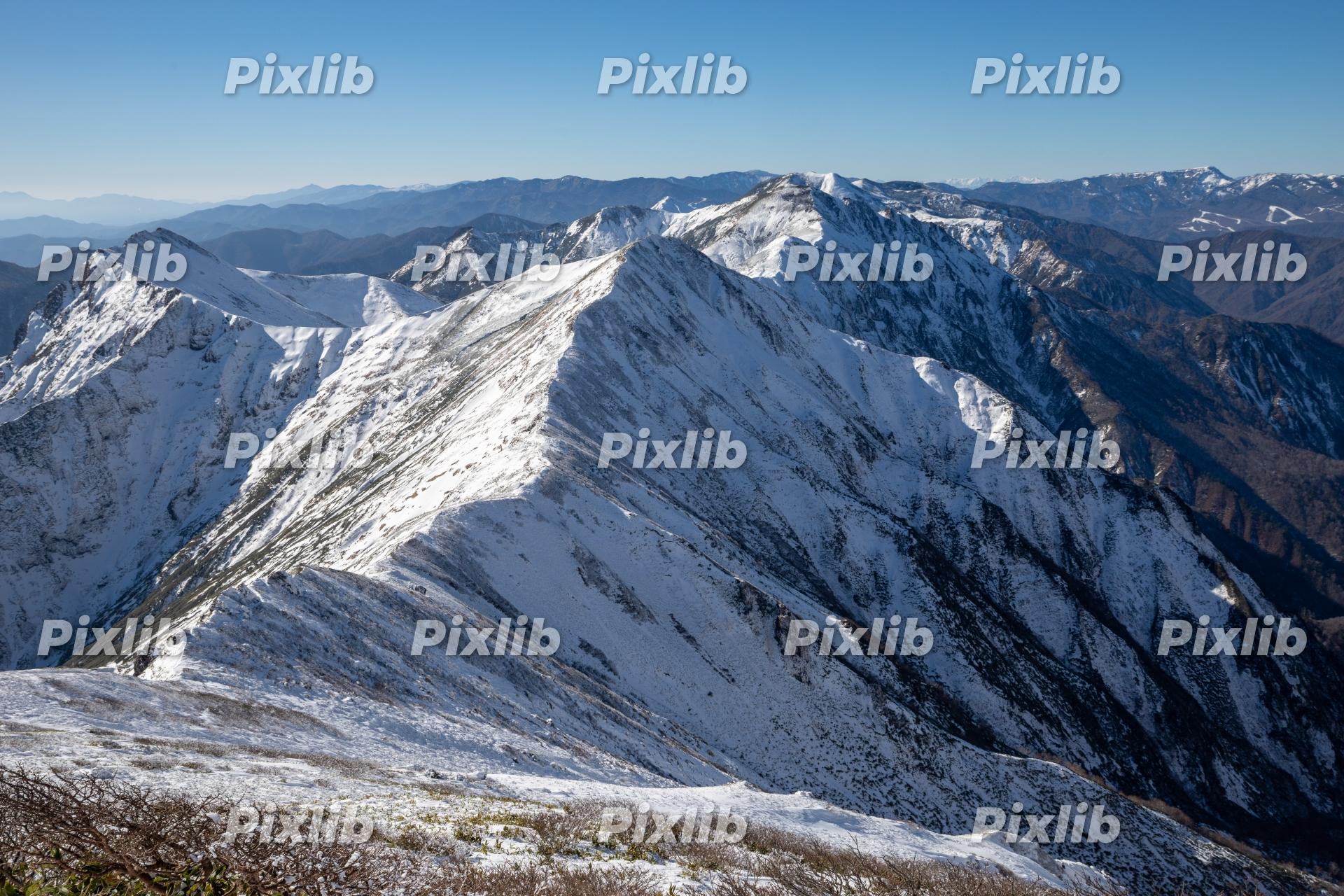 冠雪した谷川岳山頂からの眺望