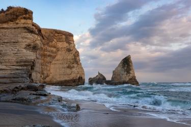大波月海岸のロウソク岩