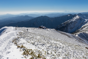 谷川岳の山頂-トマノ耳から肩ノ小屋を眺める