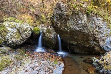 小さな2本の滝