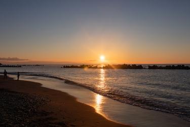 朝日に照らされる用宗海岸