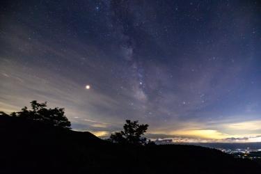 茅野市の夜景と天の川